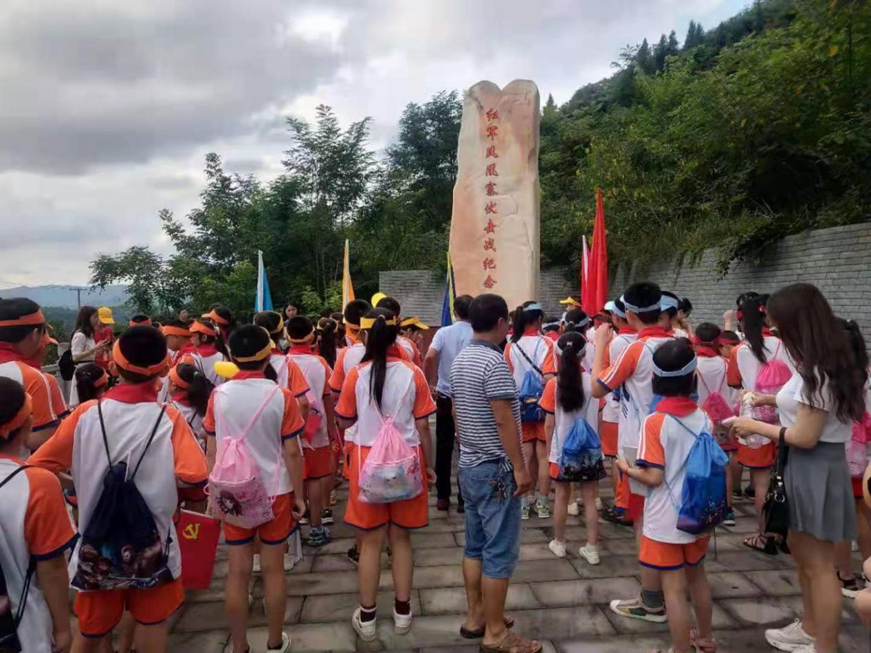 南充市营山县关工委 组织夏令师生在红军战斗纪念碑前举行签名仪式